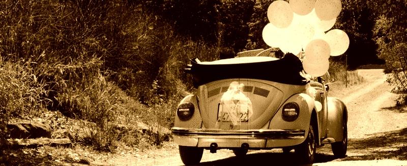 Scena in stile pellicola di vecchio film con Maggiolino bianco
